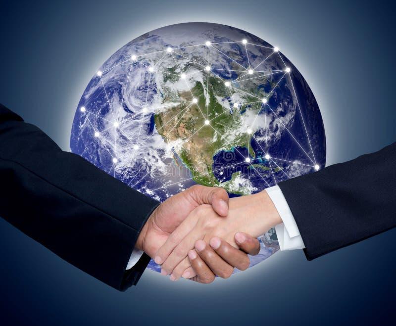 Geschäft mit den Leuten, die Hände mit einem globalen Kommunikationsnetz rütteln lizenzfreies stockbild