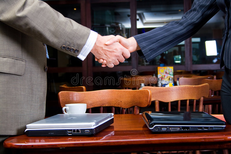 Geschäft rütteln Hände stockbild