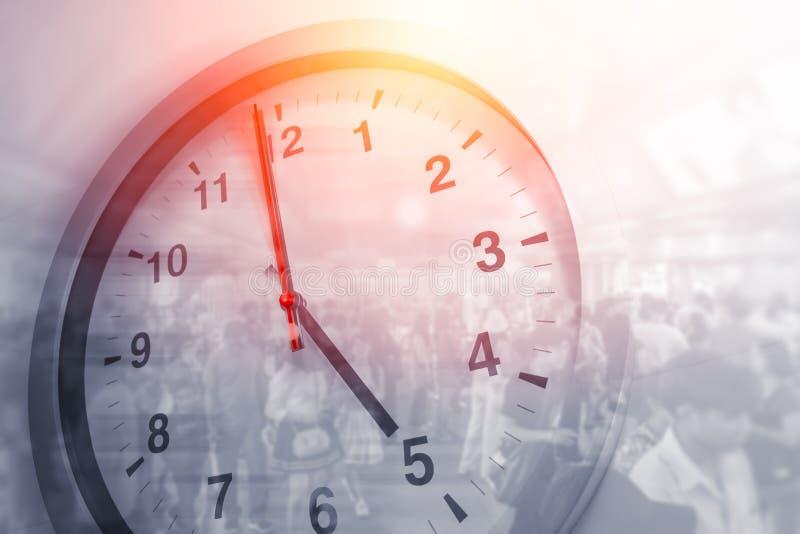 Geschäft setzt Zeit gedrängten Gehens des Stundenkonzeptes Leute fest lizenzfreie stockfotografie