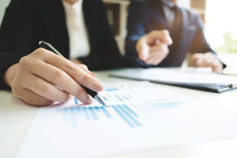 Geschäft - Sitzung im Büro, zwei Senior Manager sind die Diskussion Dokumente, selektiver Fokus lizenzfreie stockfotos