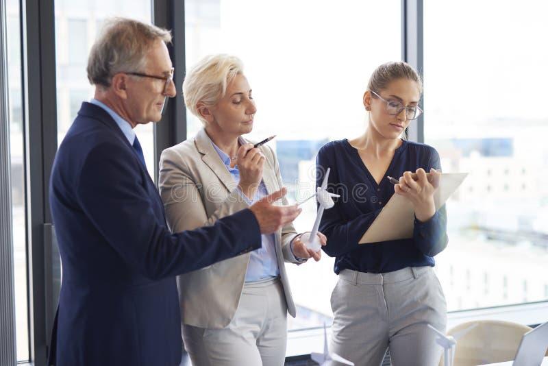 Geschäft spricht über erneuerbare Energie im Büro stockbild
