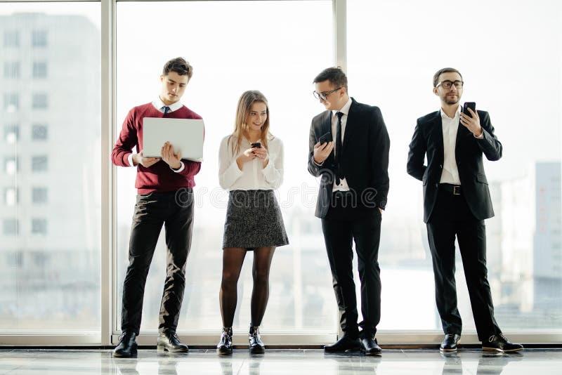 Geschäft, Teamwork, Leute und Technologiekonzept - Geschäftsteam mit Tabletten-PC Computern und Smartphones, die sich wieder im B stockfoto