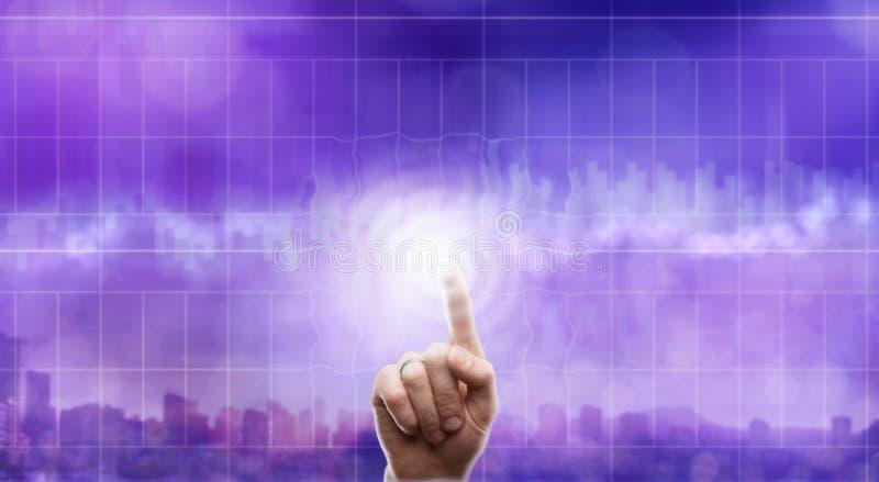 Geschäft, Technologie und Internet-Konzept - Geschäftsmann, der transparenten Knopf auf virtuellen Schirmen bedrängt lizenzfreies stockfoto