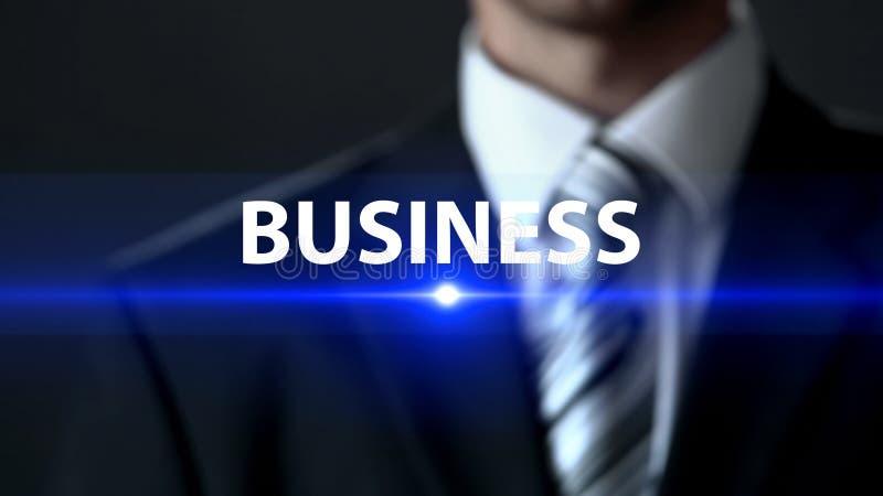 Geschäft, tragender Anzug des Geschäftsmannes, der vor Schirm, Entwicklungsplan steht lizenzfreies stockfoto