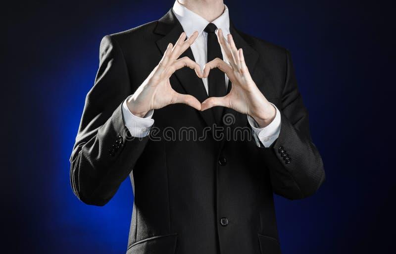 Geschäft und die Darstellung des Themas: bemannen Sie in einem schwarzen Anzug, der Handzeichen auf einem dunkelblauen Hintergrun stockbild