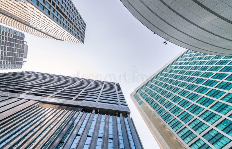 Geschäft und Unternehmenskonzept Moderne Bürogebäude, gen Himmel lizenzfreie stockfotografie