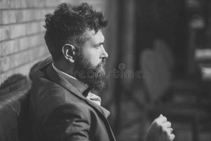 Geschäft unterwegs Überzeugter Stangenkunde sitzen im Café Geschäftsmann mit langem Bart im Zigarrenclub Datumssitzung von stockfotos