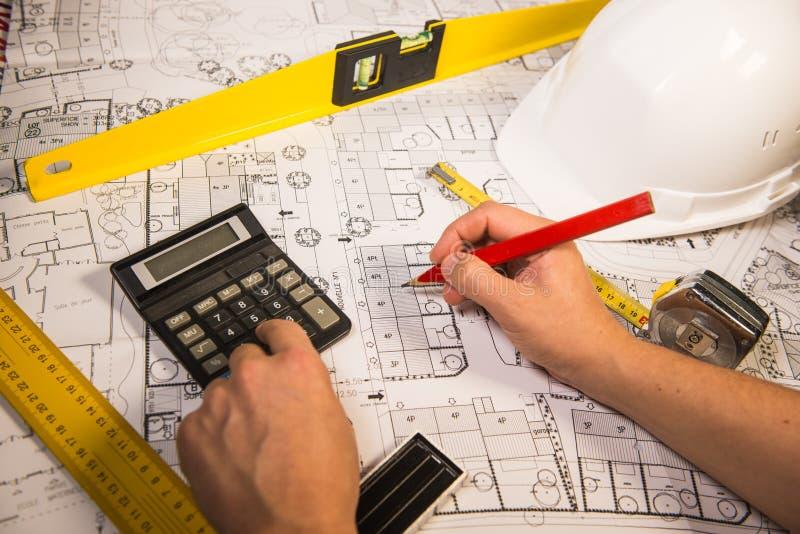 Geschäfts-, Architektur-, Gebäude-, Bau- und Leutekonzept lizenzfreie stockbilder