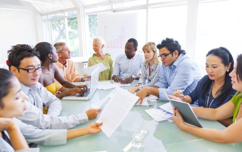 Geschäfts-Brainstorming auf Versammlungstisch lizenzfreie stockfotografie