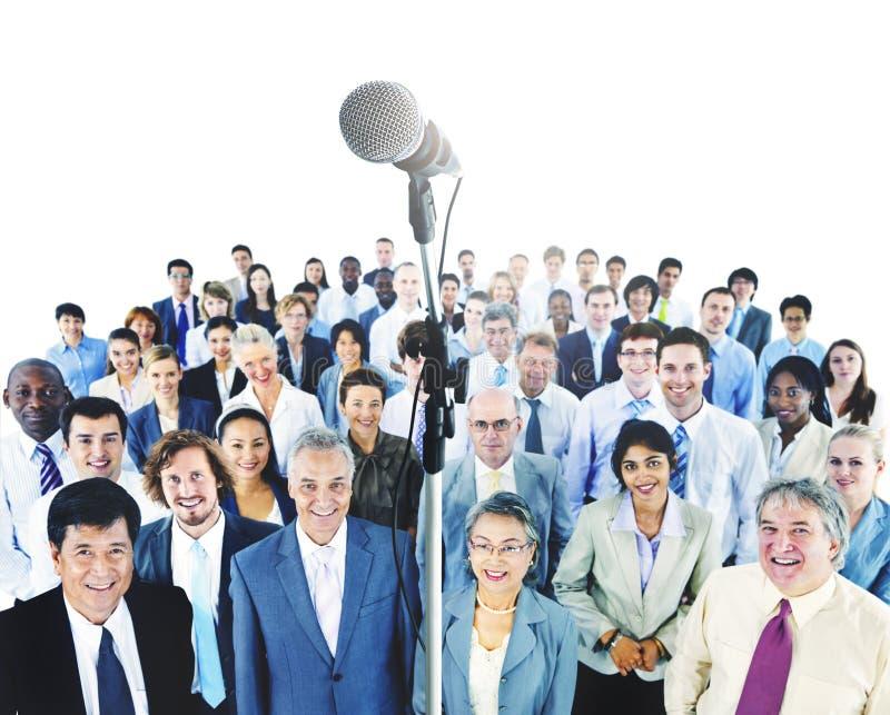 Geschäfts-Darstellungs-Sprache-Mikrofon-Gruppen-Menge stockfotografie