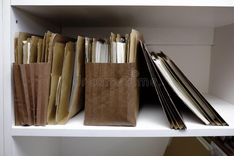 Geschäfts-Dateien in den Ordner-Kästen und dem Regal stockfoto