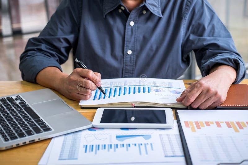 Geschäfts-Finanzierungsbuchhaltungs-Bankwesen-Konzept, professioneller älterer Geschäftsmann, der Finanzen und Einkommen auf digi lizenzfreie stockbilder