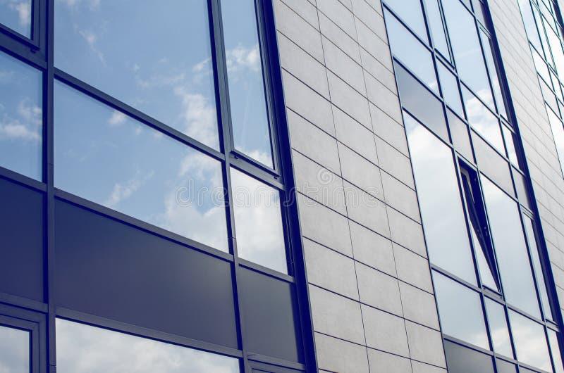 Geschäfts-Gebäude mit abgetöntem Windows stockbilder