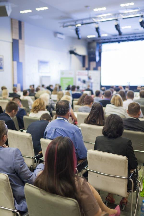 Geschäfts-Ideen und Konzepte Leute bei der Geschäftskonferenz hörend auf den Sprecher lizenzfreies stockbild
