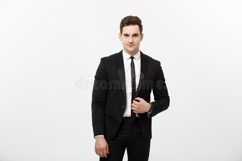Geschäfts-Konzept: Glückliches Lächeln-junger hübscher Kerl des gutaussehenden Mannes in der intelligenten Klage, die über Grey B stockfotografie