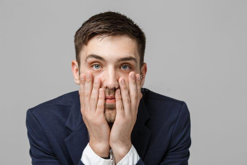 Geschäfts-Konzept - hübscher hübscher Geschäftsmann des Porträts in der Klage lächelnd und im Arbeitsbüro mit ernstem und deprimi lizenzfreie stockfotos