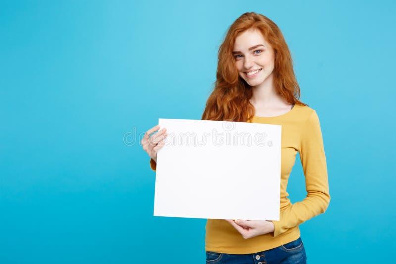 Geschäfts-Konzept - rotes Haarmädchen des nahen hohen Ingwers des Porträts jungen schönen attraktiven, das leeres Zeichen zeigend lizenzfreies stockfoto