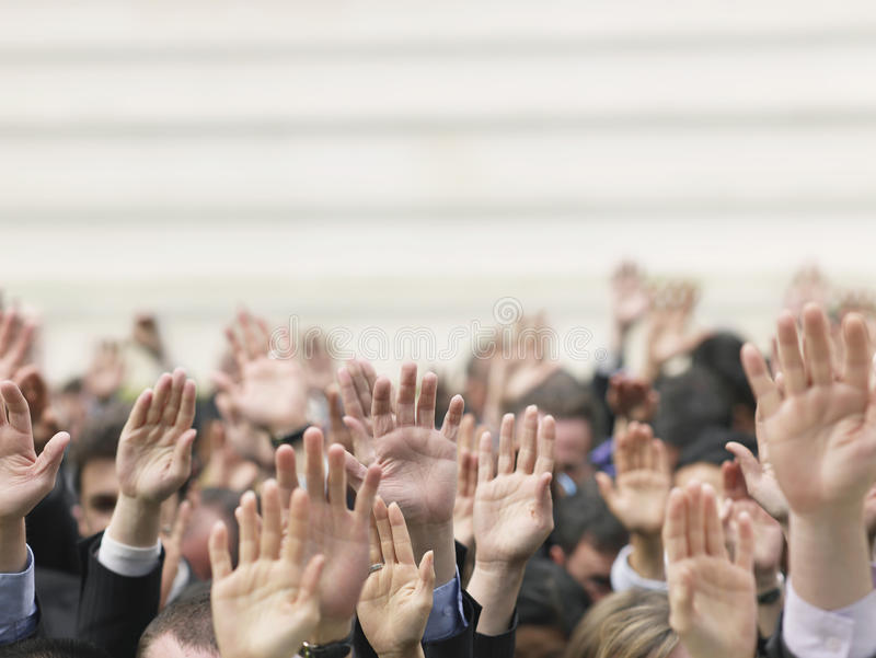Geschäfts-Menge, die Hände anhebt lizenzfreie stockfotos