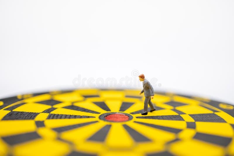 Geschäfts-, Planungs-, Ziel-und Ziel-Konzept Schließen Sie oben von der Geschäftsmannminiaturzahl, die von der Dartscheibe mit We lizenzfreies stockbild
