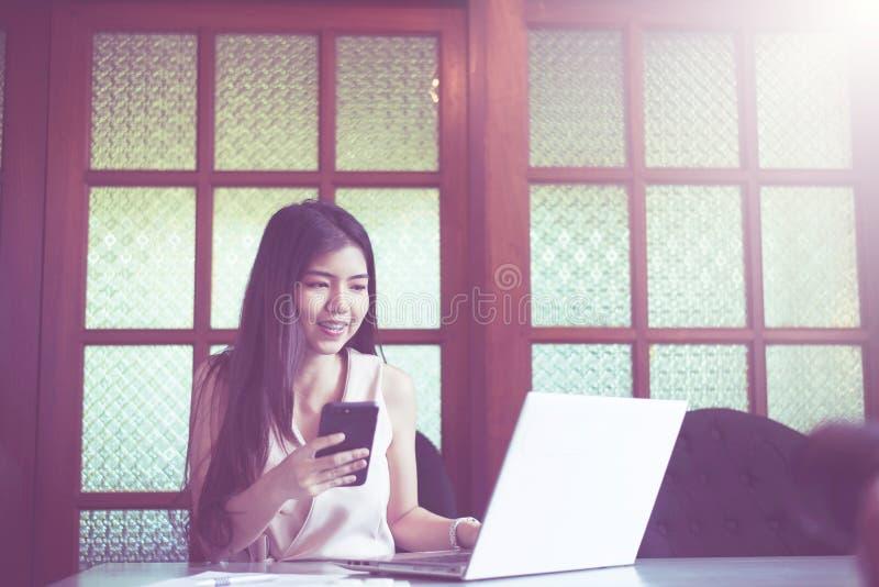Geschäfts-schöne Asiatin, die an Laptop-Computer arbeitet lizenzfreie stockbilder