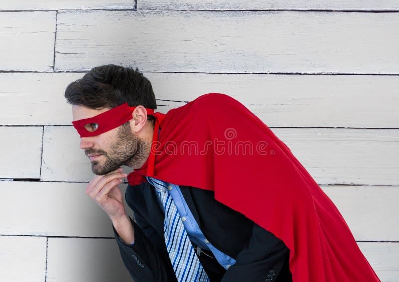 Geschäfts-Superheld gegen Holz lizenzfreie stockbilder