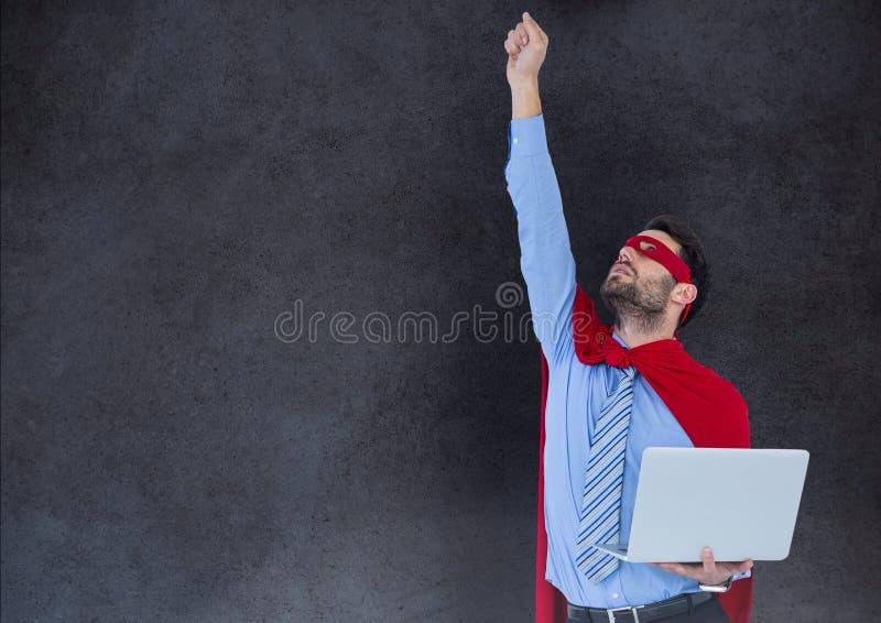 Geschäfts-Superheld gegen Steinwand stockbild