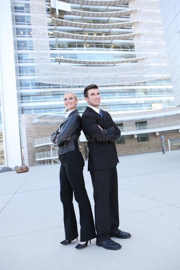 Geschäfts-Team außerhalb des Büros lizenzfreies stockfoto