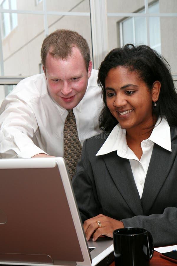 Geschäfts-Team am Computer stockbild