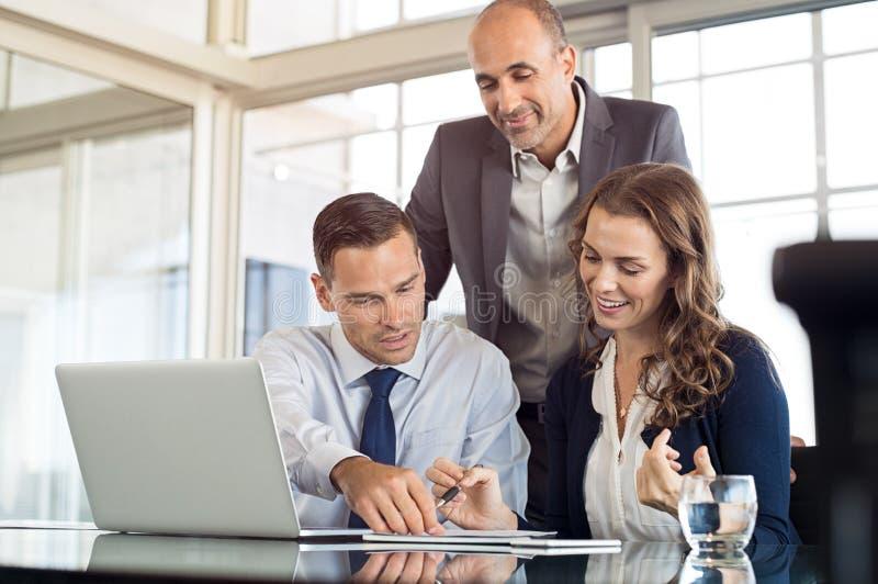 Geschäfts-Team, das Arbeit behandelt stockfoto