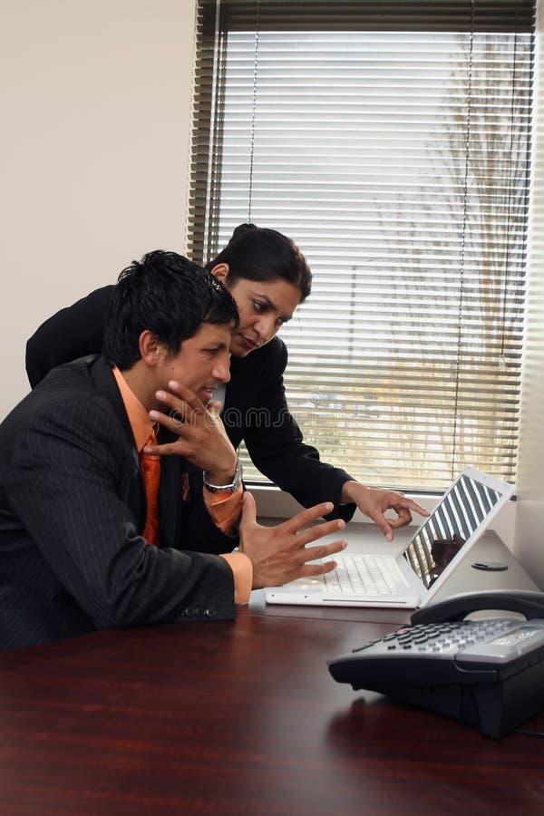 Geschäfts-Team, das an Laptop arbeitet lizenzfreies stockbild