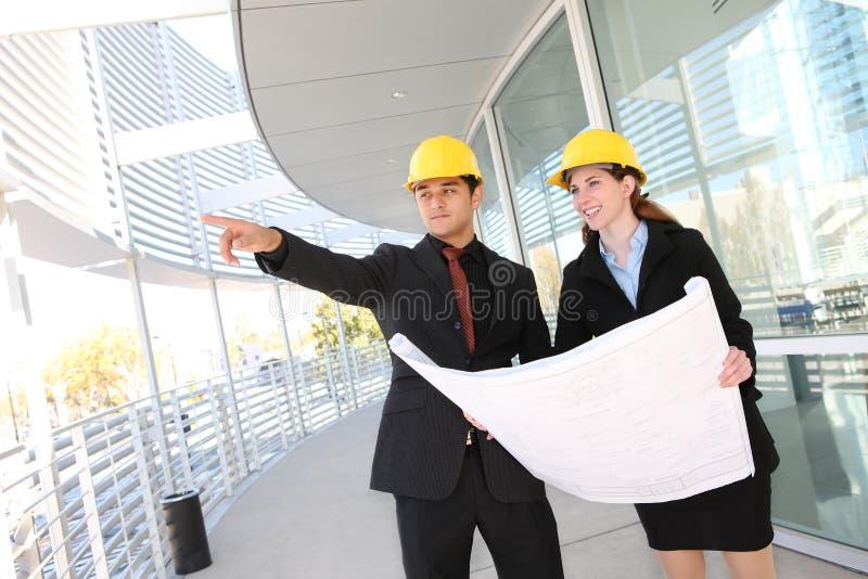 Geschäfts-Team an der Büro-Baustelle stockbild