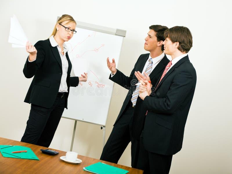 Geschäfts-Team im Widerspruch lizenzfreie stockfotografie