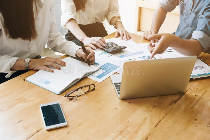 Geschäfts-Team Meetings-Geschenk, Geschäftsleute, die Conferen treffen lizenzfreies stockbild
