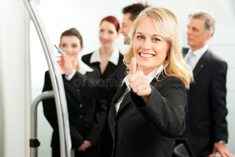 Geschäfts-Team mit Führer im Büro stockfotos