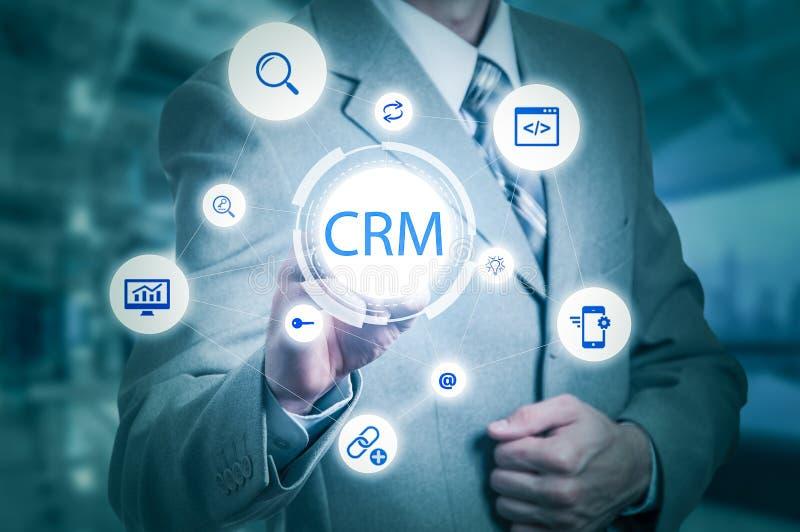 Geschäfts-, Technologie-, Internet- und Kunden-Verhältnis-Managementkonzept Geschäftsmann, der crm Knopf auf virtuellen Schirmen  stockbilder