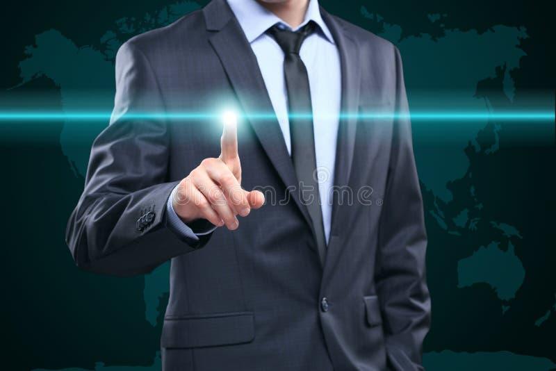 Geschäfts-, Technologie-, Internet- und Vernetzungskonzept - Geschäftsmann, der Knopf mit Kontakt auf virtuellen Schirmen bedräng stockfoto