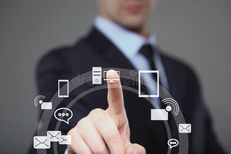 Geschäfts-, Technologie-, Internet- und Vernetzungskonzept - Geschäftsmann, der Knopf mit Kontakt auf virtuellen Schirmen bedräng stockfotografie