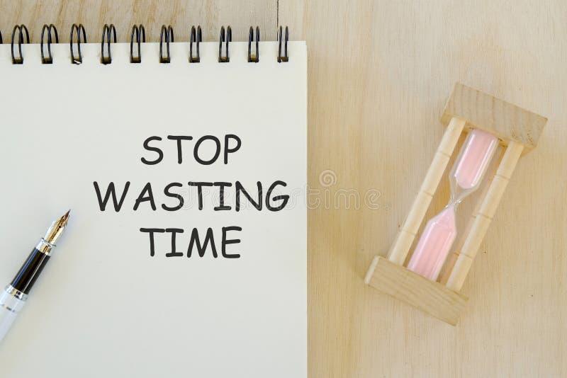 Geschäfts- und Finanzkonzept Draufsicht des Sanduhrstiftes und -notizbuches geschrieben mit dem Halt, der Zeit vergeudet vektor abbildung