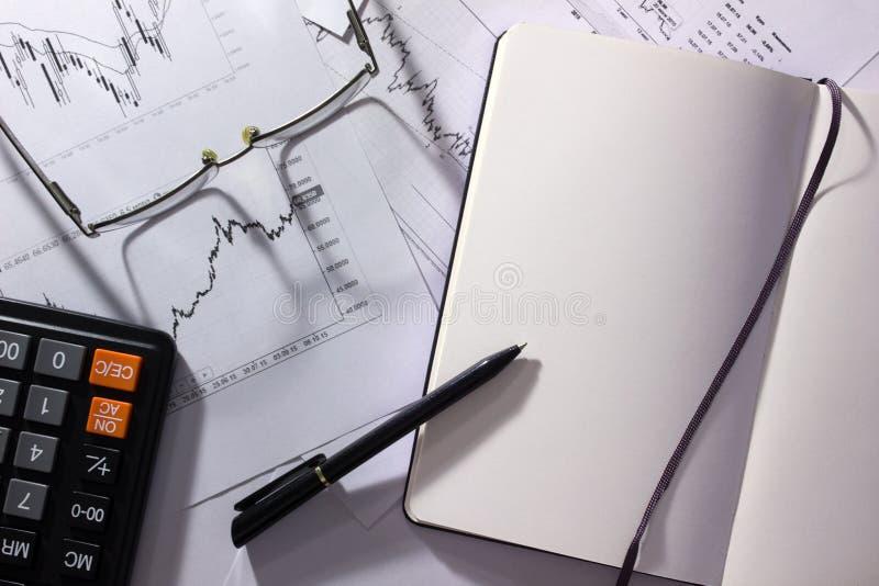 Geschäftsanalytik und -strategie Draufsicht des Arbeitsplatzes mit stationärem, Notizbuch, Gläser Konzeptmarketing-Material, Fina lizenzfreie stockfotos