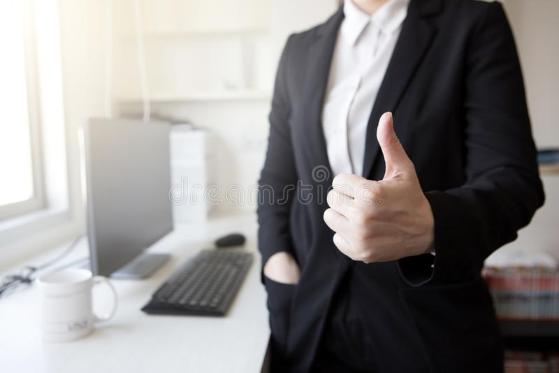 Geschäftsarbeits-Erfolgsdaumen herauf sme des Abkommensitzungsbüro-elektronischen Geschäftsverkehrs stockfoto