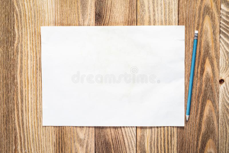 Geschäftsarbeitsplatz mit Blatt Papier stockfotos