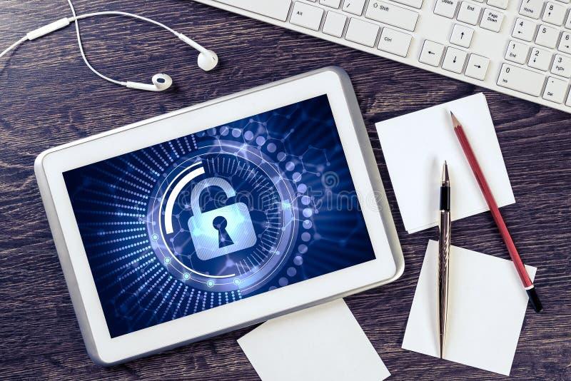 Geschäftsarbeitsplatz mit Tabletten-PC und Sicherheitskonzept auf Schirm lizenzfreie stockbilder