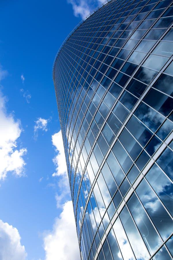 Geschäftsbürogebäude außen gegen blauen Himmel lizenzfreie stockfotos