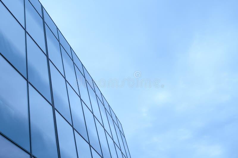 Geschäftsbürogebäude außen mit Glasfenstern lizenzfreie stockbilder