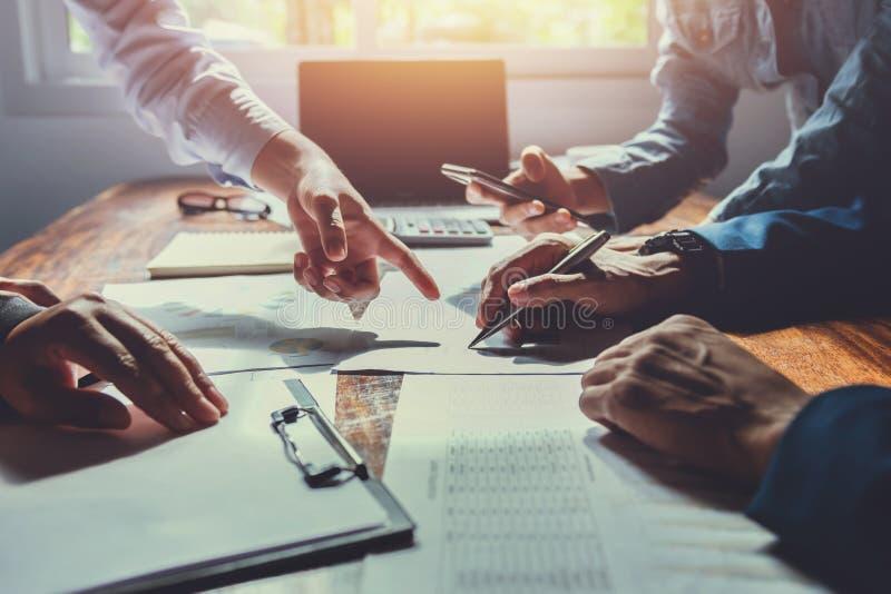 Geschäftsbuchhaltungsteambesprechung im Raumbüro unter Verwendung des Stiftes zeigend auf Schreibarbeit finanzierung Konzept lizenzfreie stockfotos