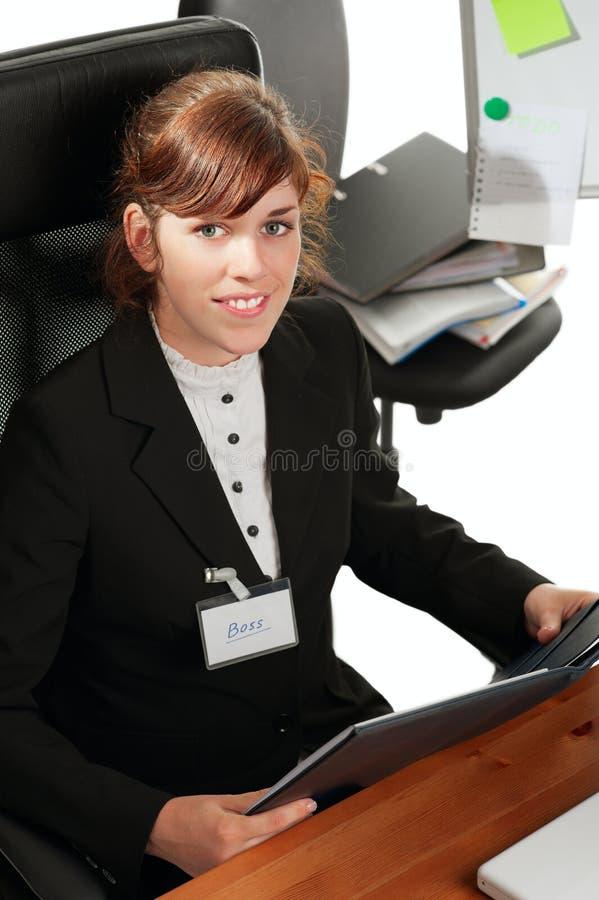 Geschäftsdame an einem Schreibtisch lizenzfreie stockfotografie