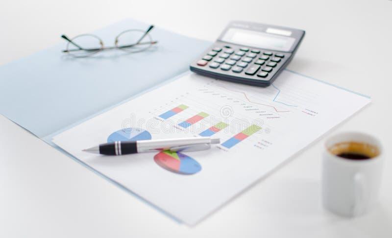 Geschäftsdiagramme mit irgendeinem Zubehör stockbilder