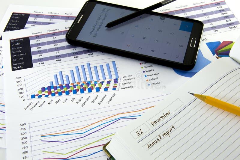 Geschäftsdiagramme und -diagramme berichten mit Stift auf Schreibtisch des Finanzberaters Finanzbuchhaltung Konzept stockfoto