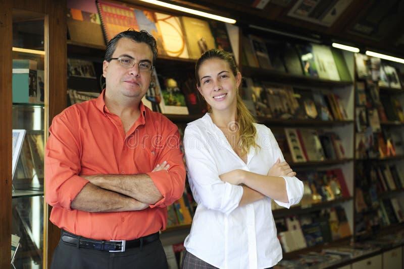 Geschäftseigentümer einer kleinen Buchhandlung stockfotos