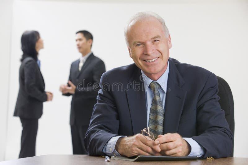 Geschäftsführer mit seinem Personal. stockfotografie